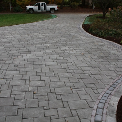 Driveway using Avanti Ashlar, Copthorne, and Courtstone pavers.